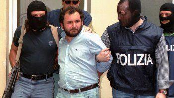 En esta foto de archivo del 21 de mayo de 1964, el mafioso Giovanni Brusca escoltado por policías llega al cuartel policial en Palermo, Sicilia. Brusca, de 64 años, quedó en libertad, se informó el jueves 3 de junio de 2021, luego de purgar 25 años de una cadena perpetua por algunos de los crímenes más odiosos de la Cosa Nostra, como el asesinato del principal fiscal antimafia en 1992 y el secuestro y asesinato del hijo de 11 años de un arrepentido de la Mafia cuyo cuerpo fue disuelto en un barril de ácido.