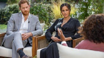 Esta imagen sin fecha publicada el 7 de marzo de 2021, cortesía de Harpo Productions, muestra al príncipe Harry de Gran Bretaña (izquierda) y su esposa Meghan (C), duquesa de Sussex, en una conversación con la presentadora de televisión estadounidense Oprah Winfrey.