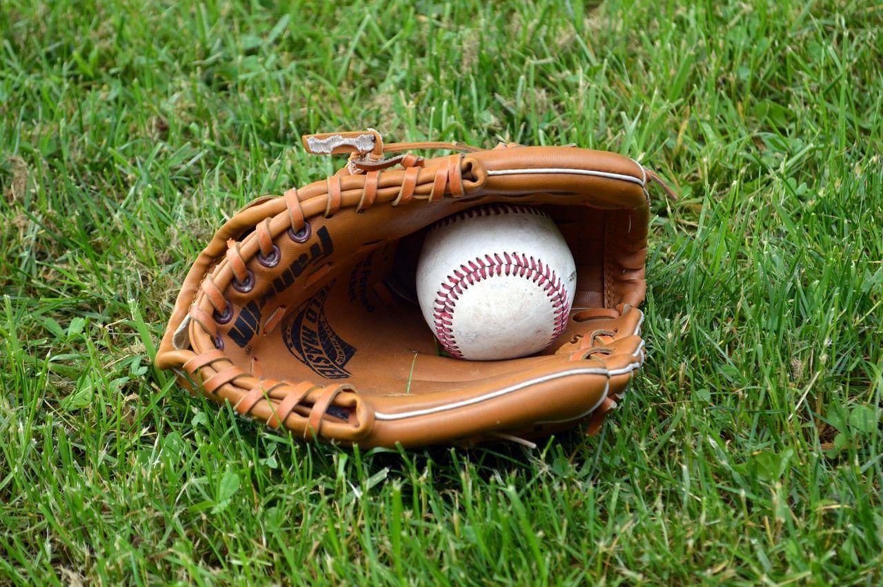 Guante y pelota en un campo de béisbol