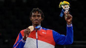 El cubano Rafael Yunier Alba Castillo, medallista de bronce, posa en el podio después de los combates por la medalla de + 80 kg de taekwondo masculino durante los Juegos Olímpicos de Tokio 2020