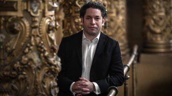 El director venezolano y director de la Orquesta Filarmónica de Los Angeles Gustavo Dudamel, recién nombrado director musical de la Ópera de París, posa durante una sesión de fotos en el Palais Garnier de París el 15 de abril de 2021.