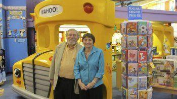 Esta foto del folleto proporcionada por Scholastic muestra a la autora Joanna Cole del libro de ciencia y aventura Magic School Bus, a la derecha, y al ilustrador Bruce Degen.