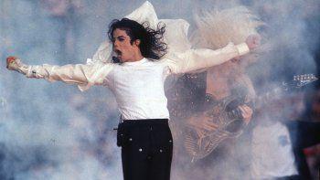 En esta fotografía de archivo del primero de febrero de 1993 el superastro pop Michael Jackson durante su espectáculo de música en el medio tiempo en el Super Bowl en Pasadena, California.