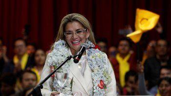 La presidenta interina de Bolivia, Jeanine Áñez, sonríe durante una ceremonia para anunciar su nominación como candidata presidencial para las elecciones del 3 de mayo en La Paz, Bolivia, el viernes 24 de enero de 2020. Tras naufragar en sus intentos de unidad, los partidos opositores bolivianos van con varias alianzas para enfrentar a los candidatos del expresidente Evo Morales en los nuevos comicios.