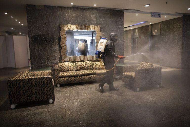 Un trabajador municipal desinfecta el vestíbulo del hotel Alba el miércoles 7 de abril de 2021