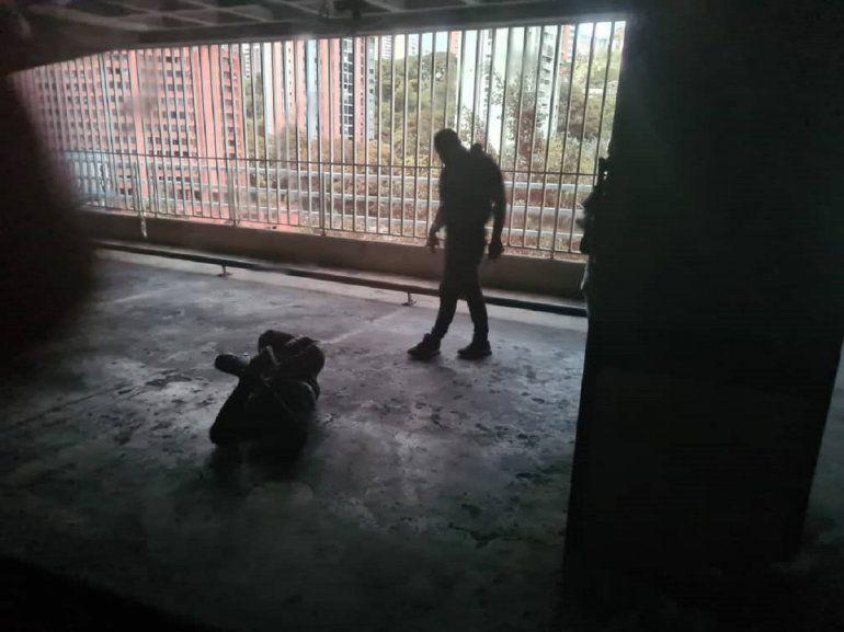 NOTICIA DE VENEZUELA  - Página 18 Presuntos-funcionarios-las-fuerzas-acciones-especiales-faes-lanzan-al-suelo-el-chofer-la-camioneta-donde-salia-juan-guaio-dentro-su-residencia