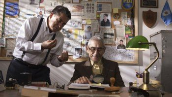 En esta imagen difundida por Gravitas Ventures, Rómulo Aitken, a la izquierda, y Sergio Chamy en una escena de El agente topo (The Mole Agent, en inglés). La película chilena quedó entre las precandidatas al Oscar en las categorías de mejor largometraje internacional y mejor documental.