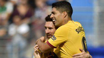 Luis Suárez festeja tras anotar el tercer gol del Barcelona junto a Lionel Messi en la victoria 3-0 ante Eibar en la Liga española, el sábado 19 de octubre de 2019.