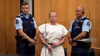 Foto de archivo de Brenton Tarrant (c), el autor del ataque contra dos mezquitas en Nueva Zelanda, mientras hace un gesto a la cámara durante su comparecencia ante el Tribunal de Distrito de Christchurch el 16 de marzo de 2019.