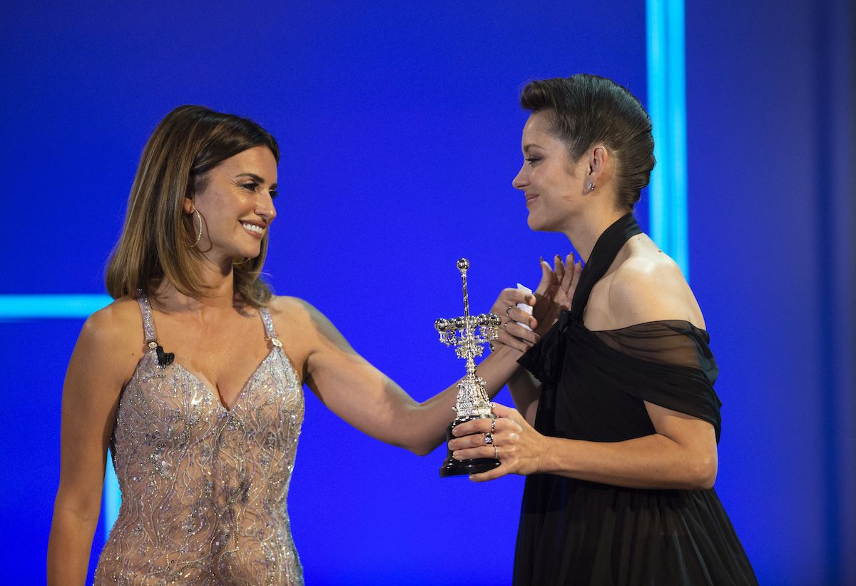 La actriz francesa Marion Cotillard recibe de manos de la española Penélope Cruz el premio Donostia por su trayectoria que otorga el Festival de Cine de San Sebastián.