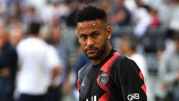 El delantero brasileño Neymar, del PSG, antes del partido frente a Burdeos en la liga francesa, el sábado 28 de septiembre de 2019, en el estadio Matmut de Burdeos, Francia.