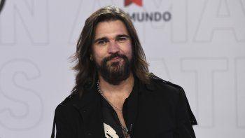 En esta foto del 15 de abril de 2021, Juanes llega a la ceremonia de los Latin American Music Awards en Sunrise, Florida. El rockero colombiano lanzó el viernes Origen, su 10mo álbum.