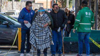 Un anciano llega a un centro de vacunación para recibir la primera dosis de la vacuna AstraZeneca contra COVID-19 en la Ciudad de México, el 15 de febrero de 2021, cuando México comienza a vacunar a personas mayores de 60 años. México inició este lunes la segunda fase de su plan de vacunación masiva contra COVID-19 con personas mayores de 60 años. La primera fase, que se centró en el personal médico, duró casi un mes debido a retrasos en la entrega de las dosis.