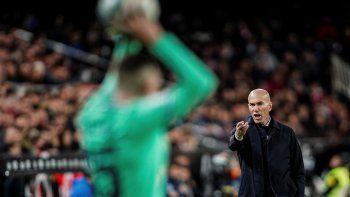 El técnico del Real Madrid, el francés Zinedine Zidane, da instrucciones a sus jugadores durante el partido por la Liga ante el Valencia, el domingo 15 de diciembre de 2019, en el Estadio Mestalla de Valencia, España