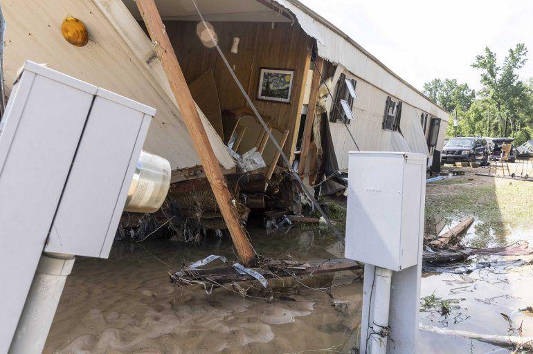 Esta fotografía del domingo 20 de junio de 2021 muestra una vivienda en la calle Hunter Creek Road que fue destruida el sábado por inundaciones