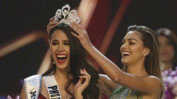 La filipina Catriona Gray, a la izquierda, reacciona al ser coronada Miss Universo 2018 por su predecesora, Demi-Leigh Nel-Peters, el 17 de diciembre de 2018 en Bangkok, Tailandia.