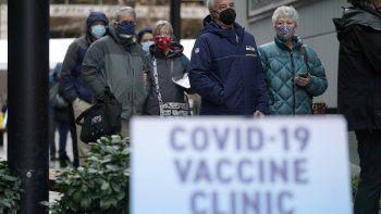 Fotografía de archivo del 24 de enero de 2021, de personas haciendo fila para recibir la primera de dos dosis de la vacuna de Pfizer contra el COVID-19 en una instalación de Amazon.com en Seattle y operada por la firma Virginia Mason Franciscan Health.