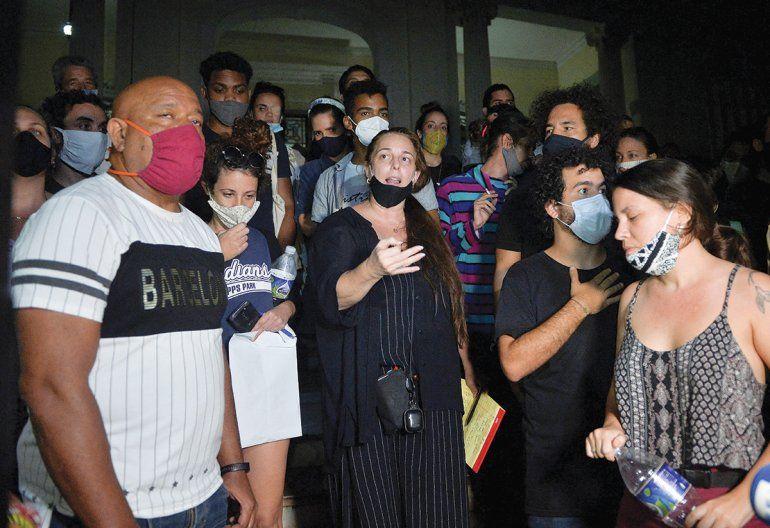En la imagen de archivo la opositora Tania Brugera habla a las puertas del ministerio de cultura en La Habana