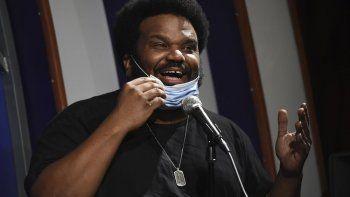 En esta fotografía de archivo del 20 de abril de 2020 Craig Robinson se baja su cubrebocas durante su presentación en el show Laughter is Healing transmitido por streaming desde el club Laugh Factory en Los Angeles. El artista es uno de los comediantes que ha decidido compartir su arte durante el brote de COVID-19.