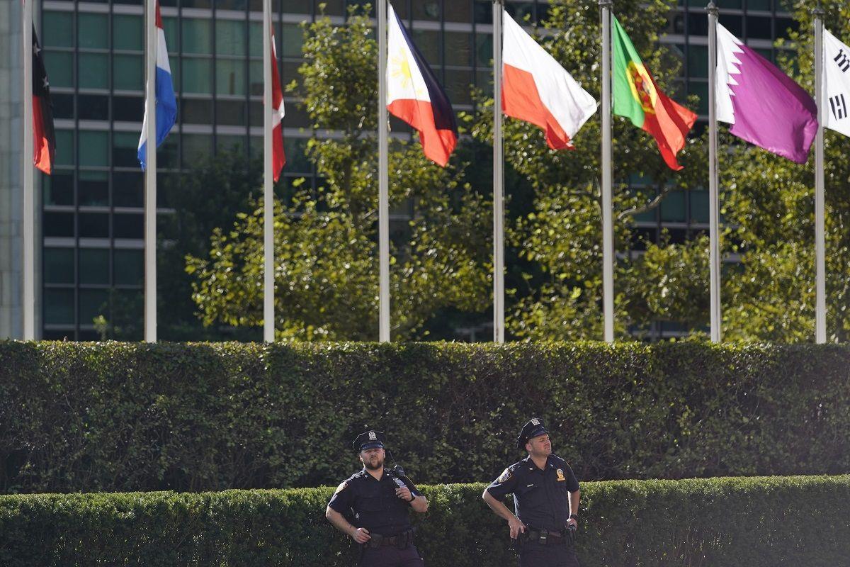 Agentes de policía hacen guardia ante la sede de Naciones Unidas en Nueva York, el 20 de septiembre de 2021.