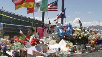 En esta imagen del 12 de agosto de 2019 se ve un homenaje improvisado cerca de un Walmart en El Paso, Texas, en donde 22 personas fueron asesinadas. La policía investiga la agresión como un ataque terrorista contra latinos.