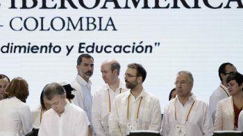 Llegan ustedes (...) a un país que trabaja por un mejor futuro, que cree en la democracia y las instituciones republicanas, y que se aferra a la esperanza de la paz, dijo Santos a los jefes de Estado y de Gobierno asistentes
