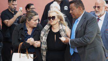 Sara Salazar, en el centro, viuda de José José, llega al velorio público del cantante mexicano en el Miami Dade County Auditorium el domingo 6 de octubre del 2019 en Miami.