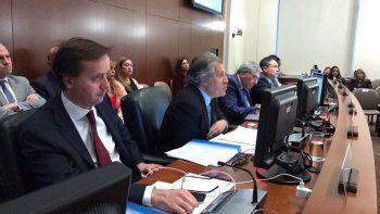 El secretario general de la OEA, Luis Almagro (2-izq.), felicitó a Lenín Moreno, declarado por el CNE como vencedor de la segunda vuelta electoral en Ecuador.