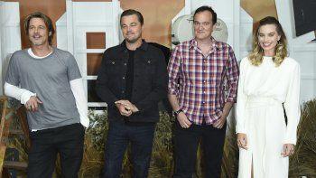 Brad Pitt, de  izquierda a derecha, Leonardo DiCaprio, Quentin Tarantino y Margot  Robbie en una sesión de retratos de Once Upon a Time in Hollywood en  el Hotel Four Seasons en Los Angeles.