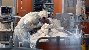 Un médico con equipo de protección atiende a un paciente el 24 de marzo de 2020 en la nueva unidad de cuidados intensivos para casos de coronavirus COVID-19, en el hospital Casal Palocco en Roma.