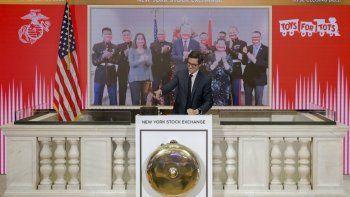 El director de operaciones de la Bolsa de Valores de Nueva York (NYSE), Michael Blaugrund, toca la campana de cierre en la sede de la bolsa el viernes 27 de noviembre de 2020, en Nueva York.