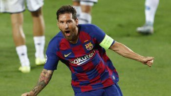 Lionel Messi del Barcelona celebra tras anotar el segundo gol del cuadro español durante el partido de vuelta de los octavos de final de la Liga de Campeones contra el Napoli, el sábado 8 de agosto de 2020, en Barcelona.