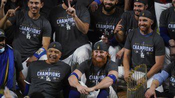 El manager de los Dodgers de Los Ángeles, Dave Roberts, y el antesalista Justin Turner, posan para una foto tras la conquista de la Serie Mundial ante los Rays de Tampa Bay, el martes 27 de octubre de 2020, en Arlington, Texas