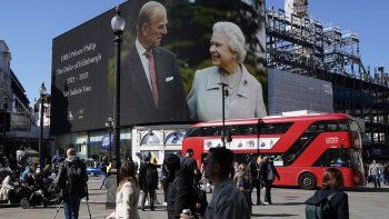 Imágenes de la reina Isabel II de Gran Bretaña y el príncipe Felipe, duque de Edimburgo de Gran Bretaña se muestran en pantallas gigantes en Piccadilly Circus en el centro de Londres, mientras el funeral del príncipe Felipe, duque de Edimburgo de Gran Bretaña se lleva a cabo en Windsor el 17 de abril de 2021. Philip, quien Estuvo casado con la reina Isabel II durante 73 años, murió el 9 de abril a los 99 años, pocas semanas después de una estadía de un mes en el hospital para recibir tratamiento por una afección cardíaca y una infección.