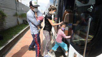 En esta imagen del 30 de abril de 2020, migrantes venezolanos suben a un autobús con destino a la frontera venezolana, en medio de la pandemia del nuevo coronavirus, en Bogotá, Colombia.