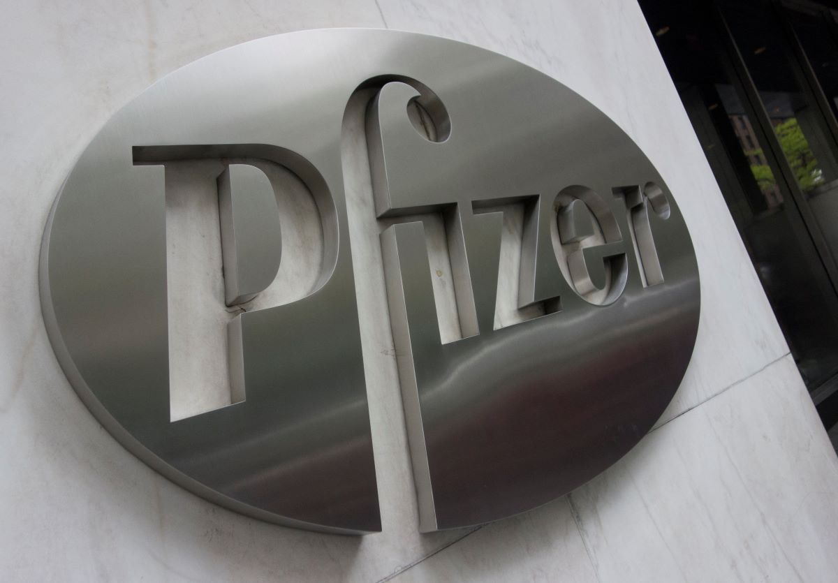 El logo de la compañía Pfizer en la sede central en New York.
