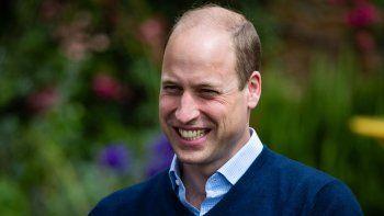 En esta foto de archivo tomada el 3 de julio de 2020, el príncipe William de Gran Bretaña, duque de Cambridge, sonríe mientras habla con los propietarios y trabajadores en el eventoThe Rose and Crown en Snettisham, en el este de Inglaterra.