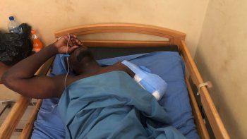 Un soldado herido está tendido en una cama en un hospital militar de Uagadugú, la capital de Burkina Faso, martes 27 de abril de 2021. Dos ciudadanos españoles han muerto en una emboscada en el este de Burkina Faso, dice el gobierno español