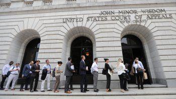 En esta fotografía del martes 9 de julio de 2019, unas personas esperan para ingresar al Tribunal de Apelaciones del Quinto Circuito, en Nueva Orleans.