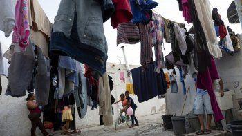 Una mujer embarazada observa a niña africana que juega con una hondureña en el albergue para migrantes El Buen Pastor en Ciudad Juárez. según ACLU, las migrantes embarazadas que buscan asilo en Estados Unidos no deben ser enviadas a México