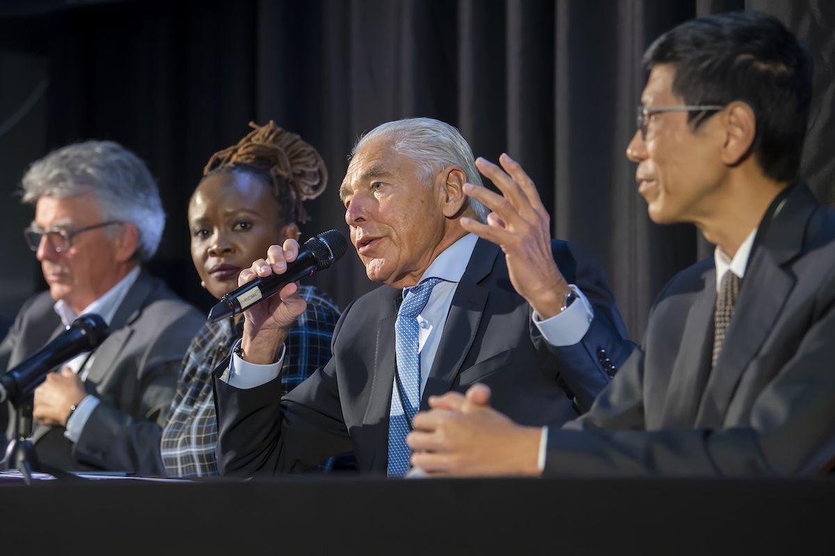 De izquierda a derecha: Patrick Aebischer, vicepresidente de GESDA; Nanjira Sambuli, analista de políticas y estratega; Peter Brabeck-Letmathe, presidente de GESDA; Chorh Chuan Tan, principal científico de salud; hablan durante en una conferencia de prensa por la primera reunión del Geneva Science and Diplomacy Anticipation el jueves 7 de octubre de 2021 en Ginebra.