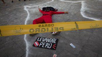Un artista realiza una exhibición durante una protesta para exigir cambios sociales y una nueva constitución al gobierno del nuevo presidente interino Francisco Sagasti, el sábado 21 de noviembre de 2020, en Lima.