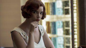 En esta imagen difundida por Netflix, Anya Taylor-Joy en una escena de The Queens Gambit. Taylor-Joy recibió el Globo de Oro a la mejor mejor actriz en una serie limitada o película hecha para TV por su trabajo esta producción.