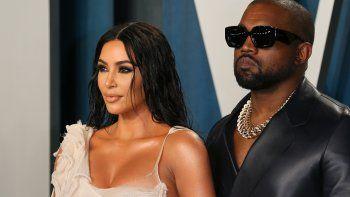 En esta foto de archivo, la estrella de reality show, Kim Kardashian y su esposo, el rapero estadounidense Kanye West, asisten a la fiesta de los Oscar 2020 Vanity Fair después de los 92.os Oscar en el Centro Wallis Annenberg para las artes escénicas en Beverly Hills el 9 de febrero de 2020.