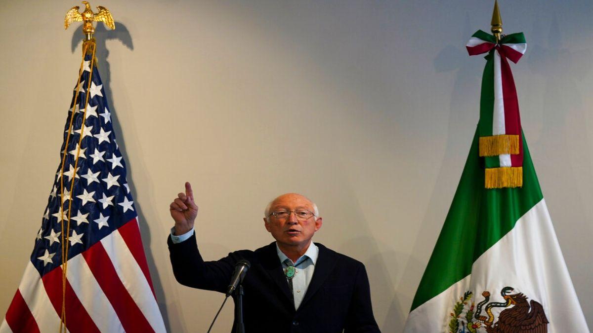 El embajador de Estados Unidos en México, Ken Salazar, habla en una conferencia de prensa en la Ciudad de México.