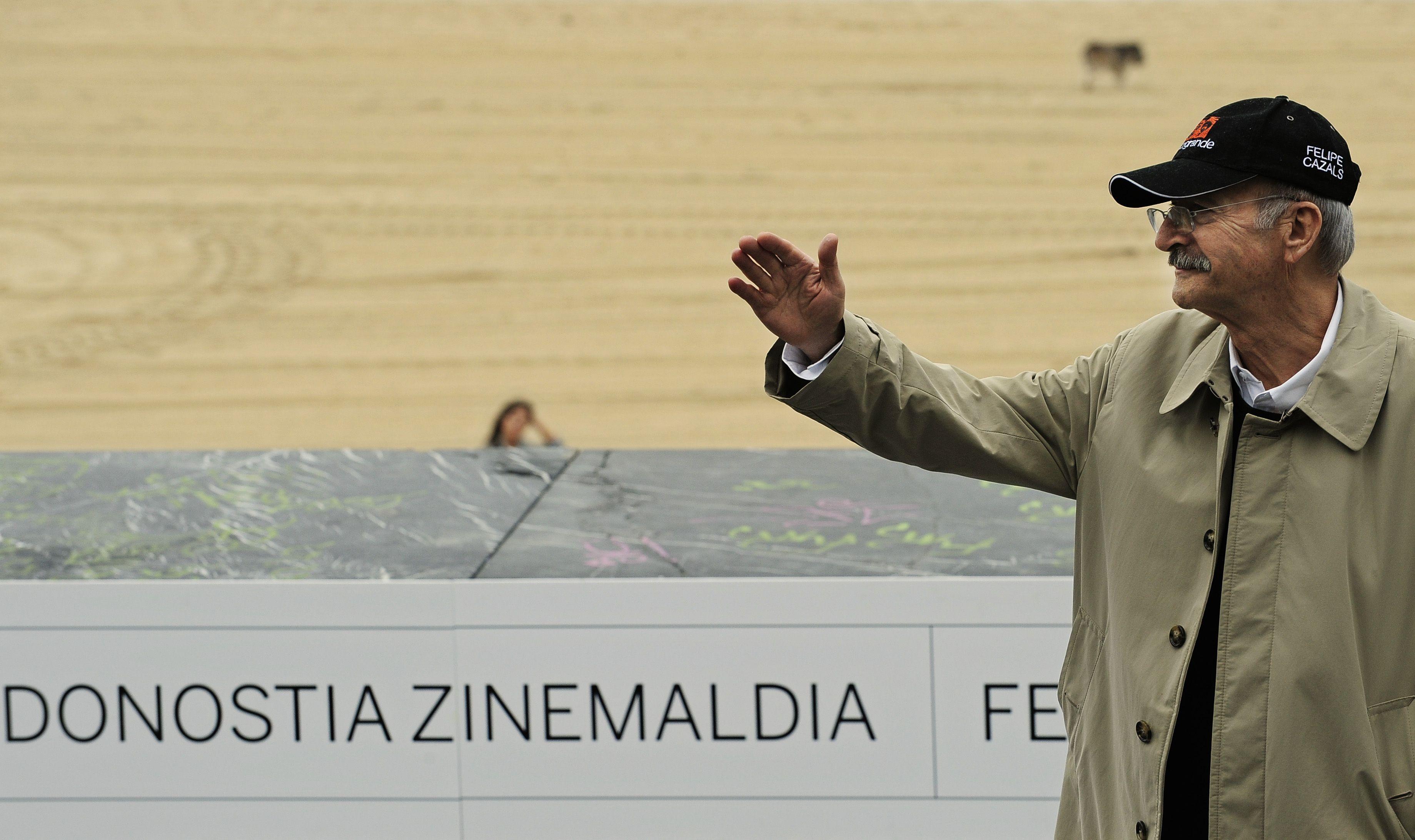 """El director mexicano Felipe Cazals saluda al posar para promover la película """"Chico Grande"""" en la 58 edición del Festival de Cine de San Sebastián, en San Sebastián, España el 17 de septiembre de 2010. El cineasta falleció el 16 de octubre de 2021 en México."""