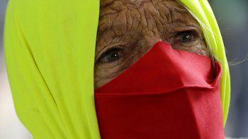 Fotografía de archivo del 23 de diciembre de 2020 de una mujer que participa en una protesta contra la forma en la que el presidente brasileño Jair Bolsonaro ha manejado la pandemia de coronavirus en Brasilia, Brasil