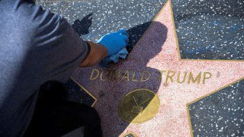En esta foto de archivo, un trabajador de mantenimiento usa un producto de limpieza para eliminar el graffiti después de que la estrella de Donald Trump en el Paseo de la Fama de Hollywood fue vandalizada, en un Hollywood, California, el 23 de abril de 2020, durante la pandemia del coronavirus COVID-19.