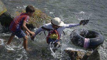 Jonny Gómez, un albañil de oficio y 22 años de edad, regresa a la costa después de pasar un día pescando en mar abierto en suinflable de neumático, en Playa Escondida, en La Guaira, Venezuela, el viernes 14 de agosto de 2020.