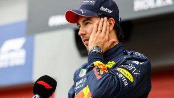 El piloto mexicano de Red Bull, Sergio Pérez, habla con la prensa después de la sesión de clasificación en la víspera del Gran Premio de Fórmula 1 de Emilia Romagna en el Autodromo Internazionale Enzo e Dino Ferrari en Imola, Italia, el 17 de abril de 2021.